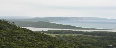 Uitsig na Ocean Beach en die Wilson Inlet vanaf Monkey Rock waar ons gaan stap het